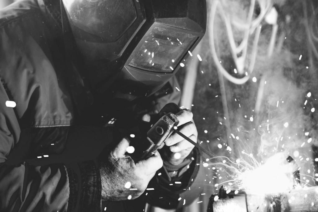 soudeur entrain de souder un ouvrage métallique