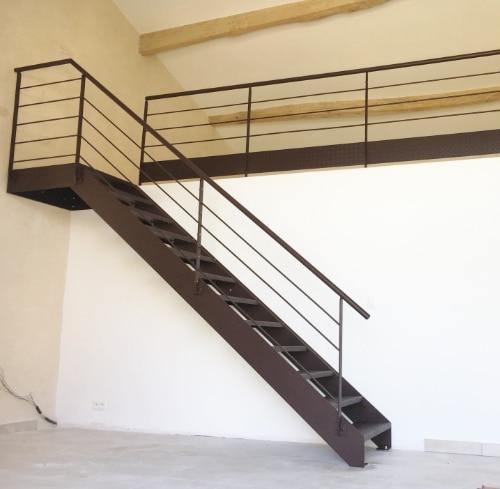 escalier donnant sur une mezzanine