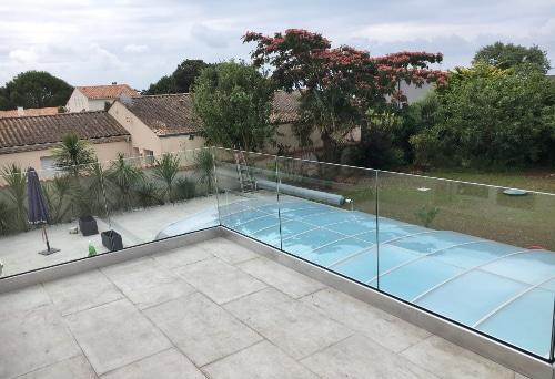 garde corps en verre avec vue sur la piscine