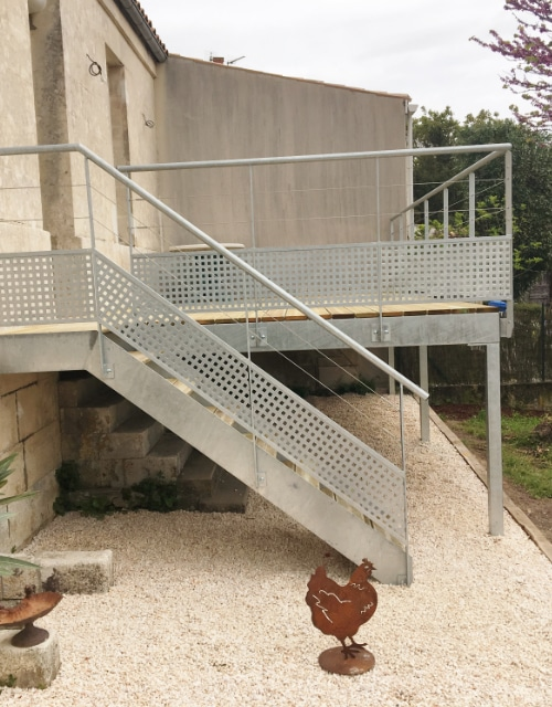 terrasse métallique d'une maison dans la campagne charentaise